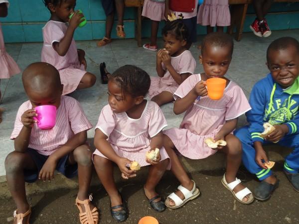 Foto nens bebent al pati un got de llet